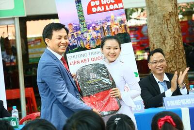 """STU tham gia chương trình tư vấn và hướng nghiệp: """"Đại học hay Học đại?"""" tại tỉnh Bình Phước"""