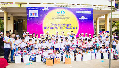 Youth Union and Student Association of Food technology Faculty organized a Full Moon Festival for children in Tien Giang Province
