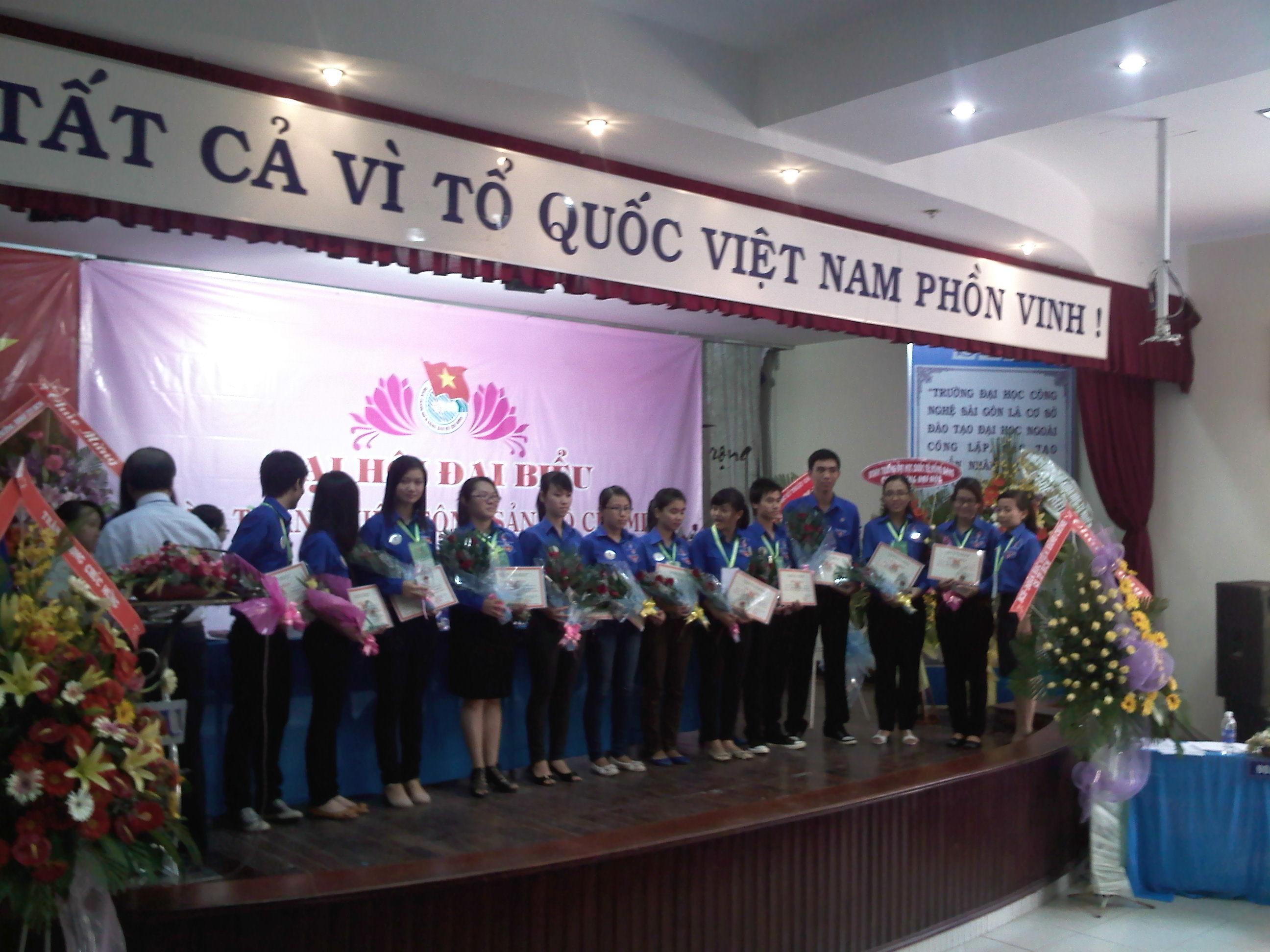 Khen thưởng cán bộ Đoàn - Đoàn viên đạt giải 26 - 03