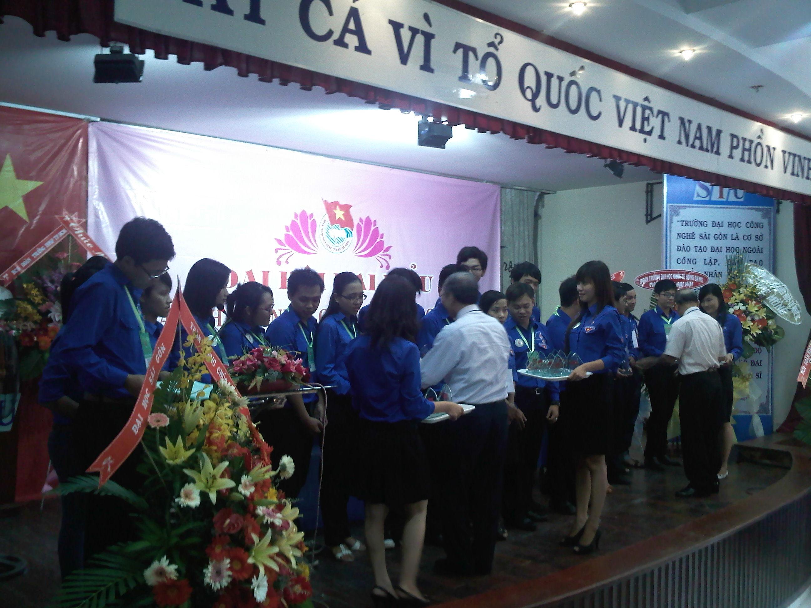 Đảng Ủy - Ban giám hiệu nhà trường tặng hoa và quà cho các đồng chí thôi không tham gia Ban Chấp hành nhiệm kỳ VI